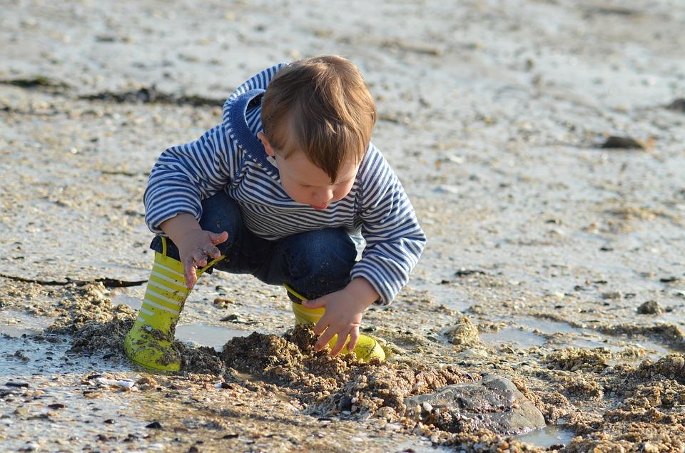 Jeune enfant connecté avec la nature